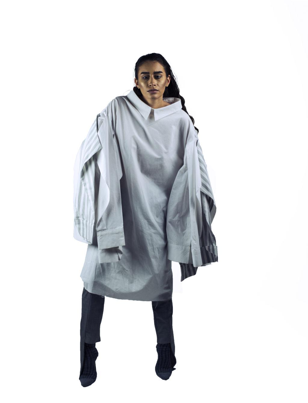 "Camasa designerului roman Mirela Cioara este usor de asortat, fiind lunga, poti chiar sa o porti ca ""one item outfit"" si sa asortezi doar niste pantofi interesanti, botine sau cizme."